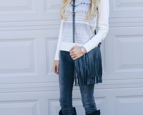 casual-holiday-sweater-outfit-riding-boots-fringe-bag